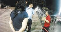 大妈偷拍女营业员 民警:偷拍或被拘留罚款