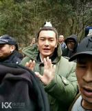黄晓明拍完《琅琊榜2》离场 人气爆棚遭层层围观