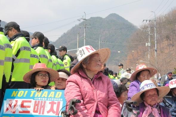 运武器的卡车被韩国奶奶们堵住 双方对峙1小时