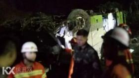 广昆高速坛百段载54人大客车追尾冲出护栏 已致3人死亡